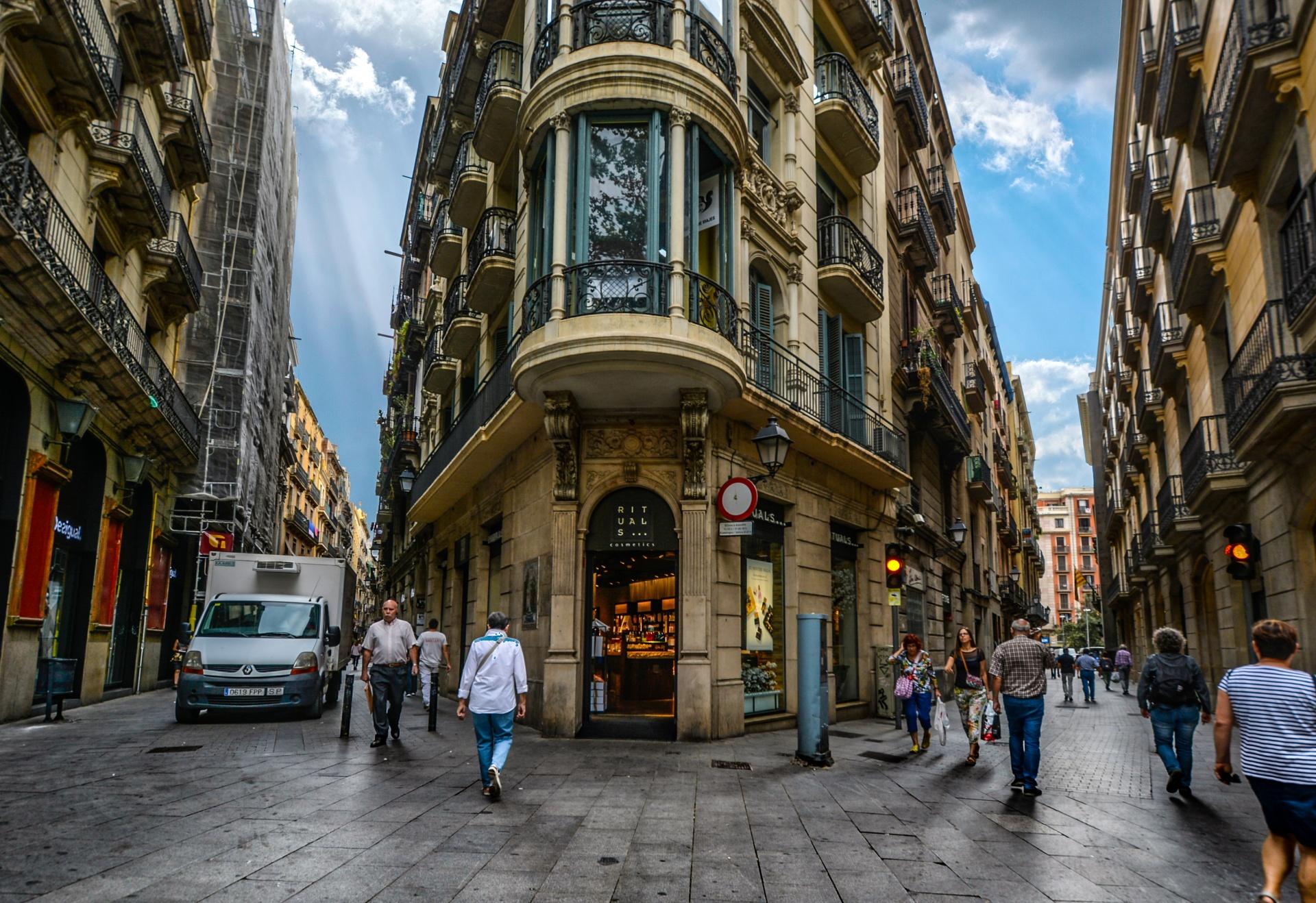 Туристические районы Барселоны разрабатывают специальные предложения, чтобы вернуть интерес местных жителей