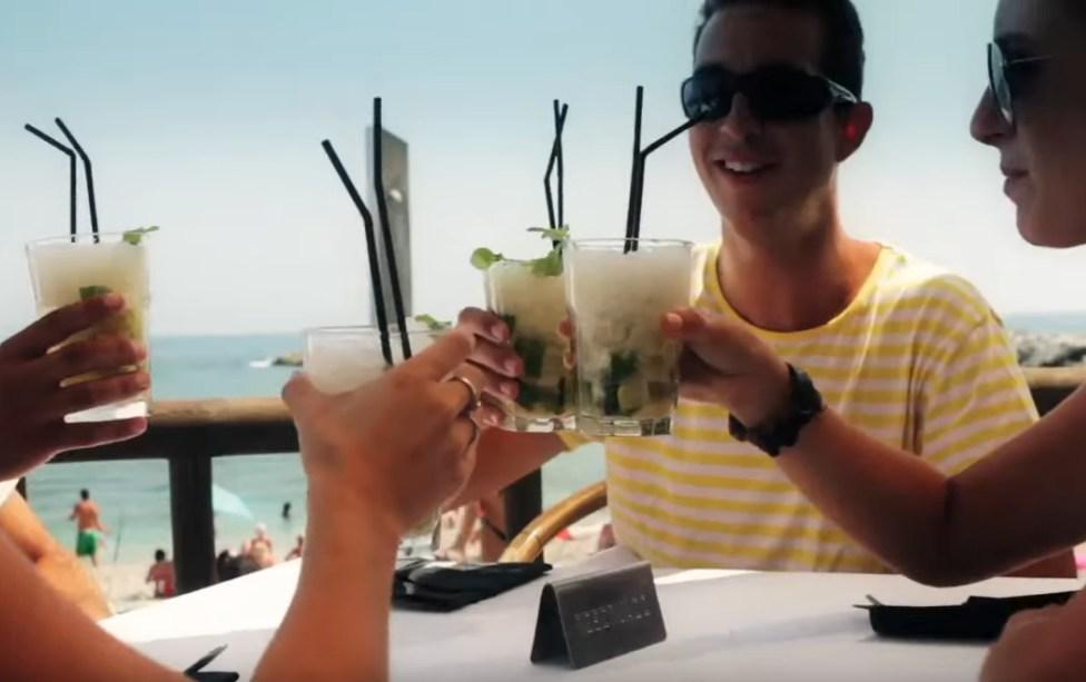 В барах Испании с туристов начали брать «ковидную надбавку» за СИЗ