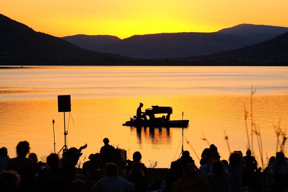 В Мадриде встречают цикл концертов классической музыки на воде
