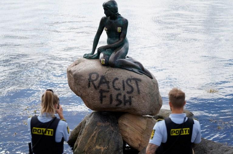 «Расистская рыба»: статую Русалочки в Копенгагене осквернили протестующие