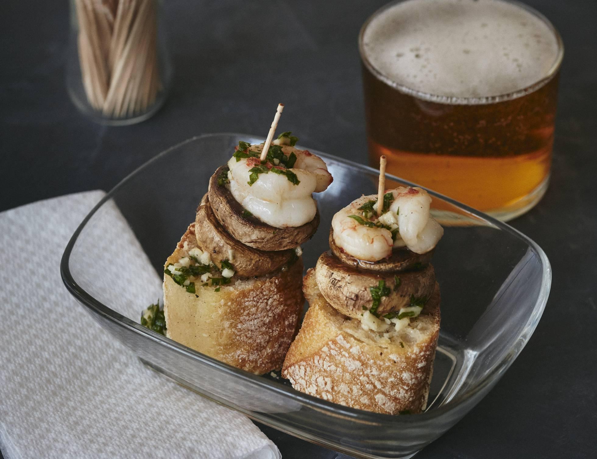 Готовим испанскую закуску пинчос с шампиньонами и креветками