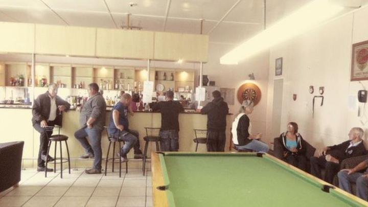 Лучший бар в городе - это... единственный бар в городе. Фото: PENGUINS-AND-POTATOES.CO.UK