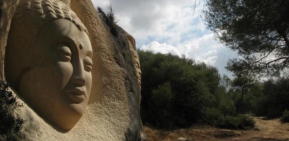 В поисках лиц, вырезанных на скале в лесу региона Кастилия-Ла-Манча