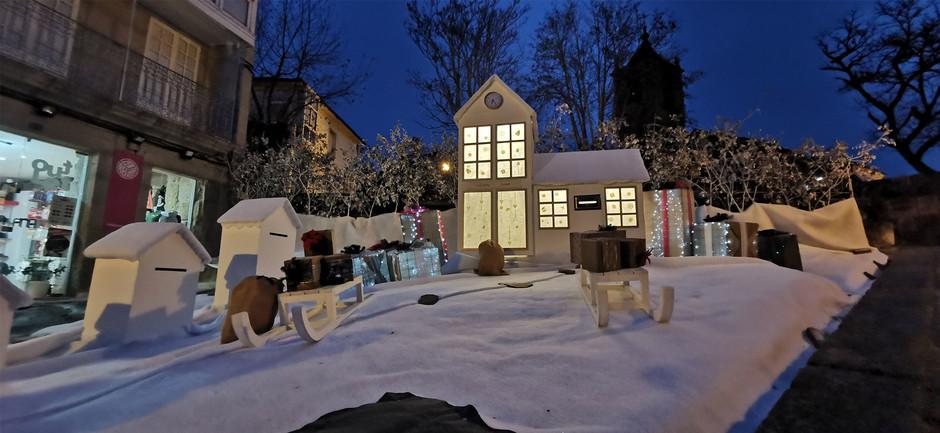 Одна из деревень региона Галисия заполнилась рождественскими украшениями из переработанных материалов