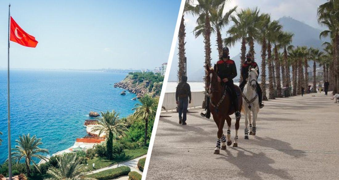 В Анталии конная полиция устроила проверку документов у туристов