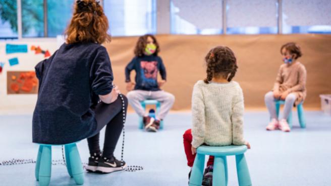 Инициативу по предоставлению услуг бесплатной няни в помощь соло-родителям в Барселоне продлят до июля