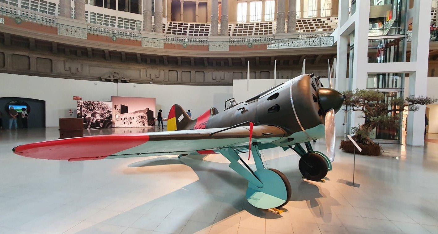 Копии советских самолетов на новой выставке в Национальном музее искусств Каталонии