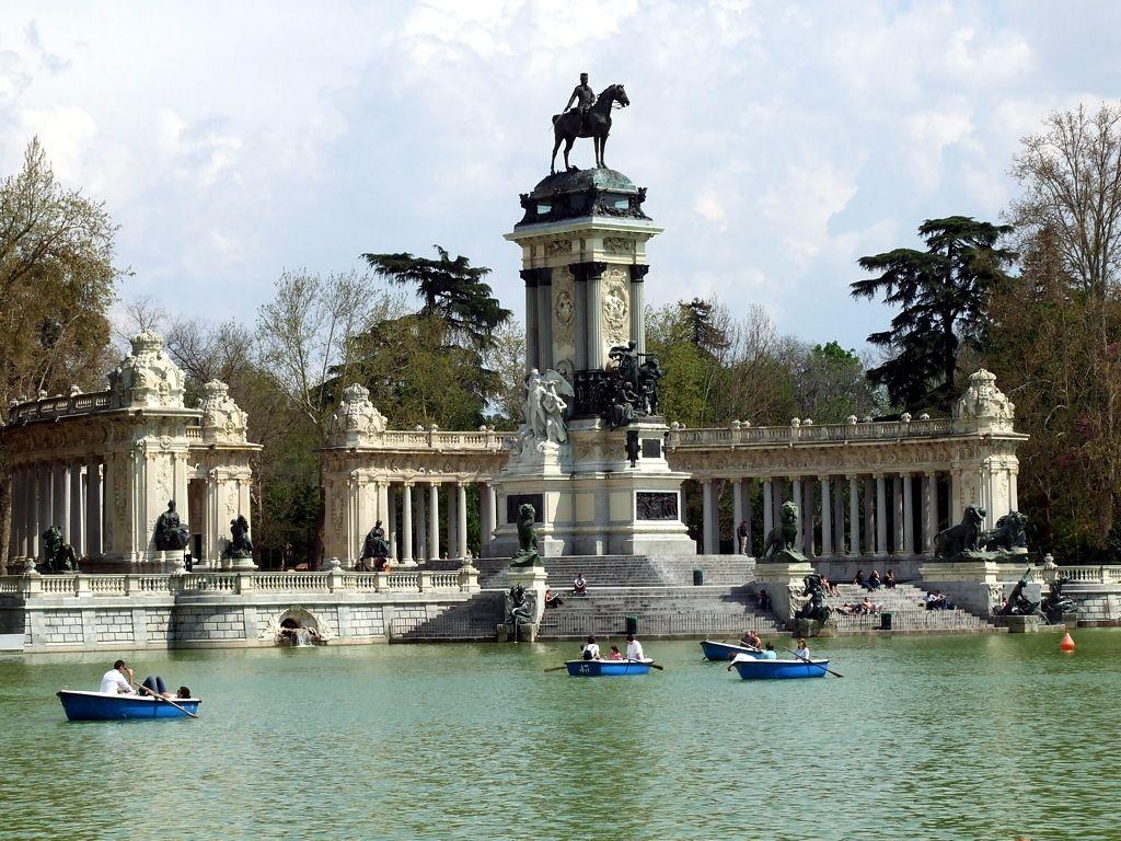 Лодки для водных прогулок в парках Мадрида теперь можно бронировать в приложении