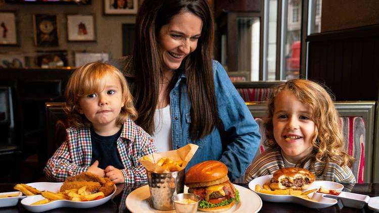 Дети едят бесплатно в Hard Rock Cafe в Барселоне до 31 июля