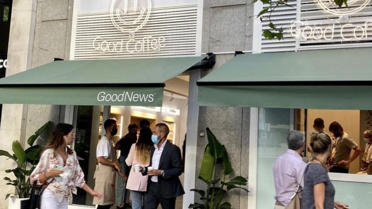 Бесплатный кофе в честь открытия нового киоска GoodNews в Мадриде